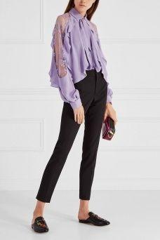 Шелковая блузка Elie Saab. Блузка сиреневого цвета, декорированная кружевом и оборками на плечах. Эта модель из коллекции бренда Ellie Saab дополнена длинными завязками на воротнике и сборкой на рукавах. Создайте романтический образ, сочетая эту блузку с шелковой юбкой или кюлотами.