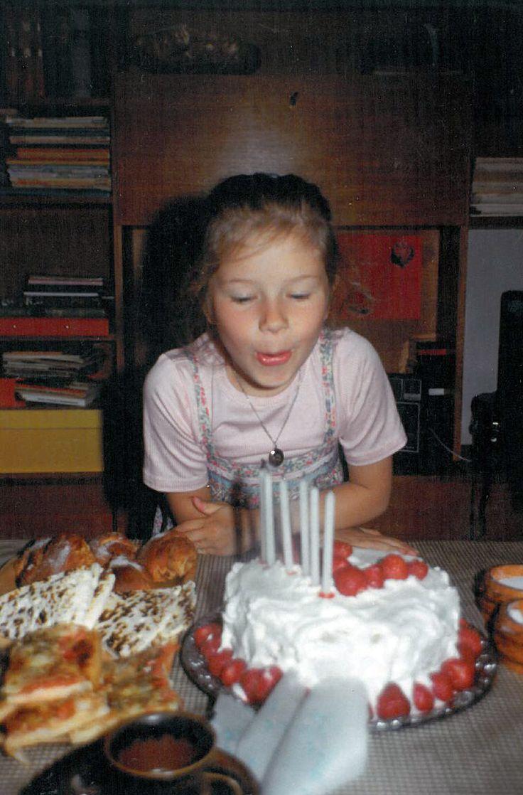 80-luvulla ei vietetty syntymäpäivillä prinsessa- eikä muitakaan teemajuhlia! Vuonna 1982 pöydässä on kakun lisäksi leipäjuustoa, pullaa ja pitsaa (?). Astiat ovat Arabian Ruska-sarjaa. Taustalla häämöttää tiikkiviiluinen kirjahylly. #kadonnutkasari #kasari