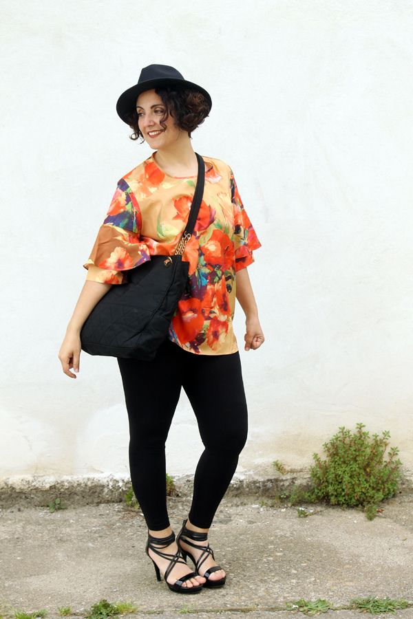 curvy, plus size, fashion blog, fashion blogger famose, how to wear a floral blouse, floral trend, silk blouse, 46inpoi, camicia taglie forti, volant, cappello, sandali, capelli ricci