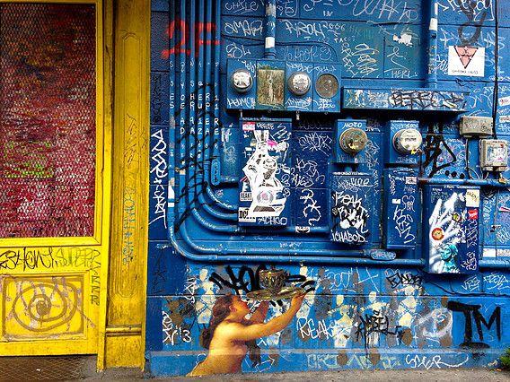 Of graffiti nou kunst is blijft soms de vraag. Julien de Casabianca brengt met het Outings Project een twist aan die discussie door figuren uit bekende kunstwerken op de muren te plaatsen in de steden waar het betreffende kunstwerk hangt. Het brengt in ieder geval Kunst (met de grote K) naar de gewone (met de kleine g) man op straat.  Outings Project is a two time act : street art collage ephemeral by nature. He photography museum paintings and paste it in streets in the same city than the…
