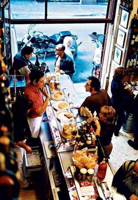 Quimet & Quimet...esta auténtica bodega familiar de barrio ofrece tapas exquisitas con producto de calidad (su especialidad son las conservas, quesos, ahumados y salazones), el mejor vermut de grifo del universo y una variedad de vinos interminable. El local es pequeño, con el género a vista y no tiene ni una sola mesa, así que tendrás que comer de pie y, avisamos: en las horas punta está hasta los topes. Pero ahí reside parte de su encanto.