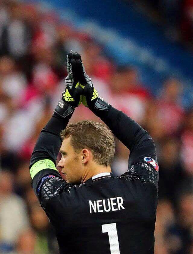 Manuel Neuer - najlepszy bramkarz świata? Niemiecki piłkarz Bayernu Monachium od kilku lat uważany jest za jednego z najlepszych bramkarzy na świecie. Zdaniem wielu jest on na pierwszej pozycji. To właśnie on wprowadził popularną ostatnio modę, kiedy to bramkarz jest jednym z obrońców. Odważna gra nogami i włączanie się w akcje obronne sprawiają, że Neuer gwarantuje widowiskową obronę, a przy tym wspaniałe parady bramkarskie. #sport #football ##Bayern ##Monachium