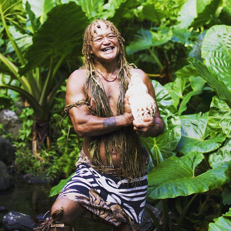 #TalismanTip Ontdek Rarotonga, één van de Cook Eilanden, op een bijzondere manier, maak een wandeling met de ervaren gids 'Pa' door de natuur van Rarotonga. Pa kent het eiland als geen ander en vertelt tijdens deze wandeling graag meer over de geschiedenis, mythen, legendes en inheemse medicinale kruiden van het eiland. Je klimt naar de top van een berg waar je geniet van een schitterend uitzicht. Vervolgens daal je langs de waterval af richting de westkust van het eiland. #CookIslands #Pa…