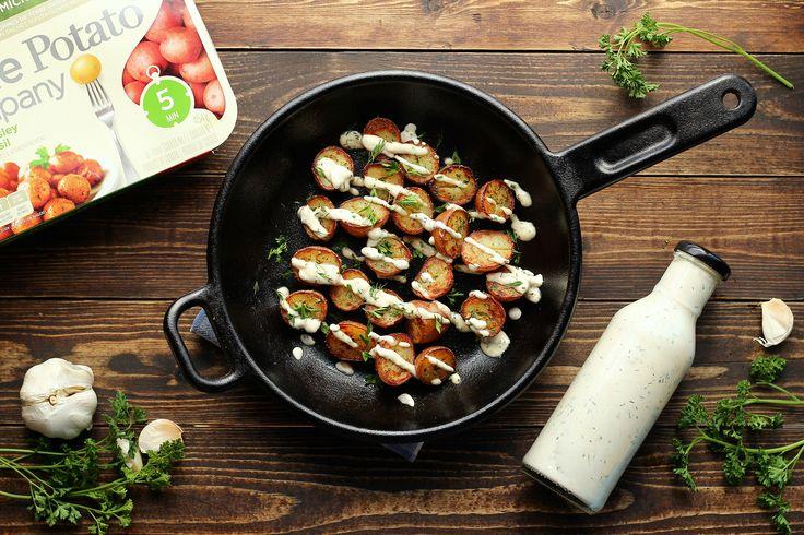 Ces pommes de terre croustillantes faciles à cuisiner accompagnées d'une vinaigrette ranch végétalienne crémeuse qui a du mordant!