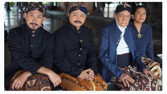 Gaya Pakaian Denny Sumargo - Foto Pakai Baju Adat Jawa, Netizen: Cocok Wes, Top Abis!
