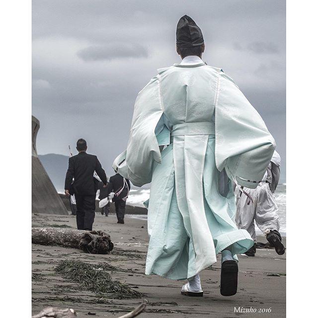 【lala39paris】さんのInstagramをピンしています。 《襟裳岬のお祭りの神主さん♡海に走る神主さん♡カッコ良過ぎた✨ちなみにこの神主さんは顔もカッコいいという #神主 #海 #祭り #beach #festival #オリンパス #ミラーレス #写真好きな人と繋がりたい #写真撮ってる人と繋がりたい #ファインダー越しの私の世界 #カメラ女子》