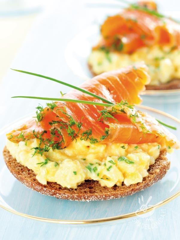 Canapes with salmon and scrambled eggs - Crostini con salmone e uova strapazzate: un antipasto e stuzzichino per fare il pieno di proteine! Se vi sentite privi di energia o per uno snack! #crostinialsalmone