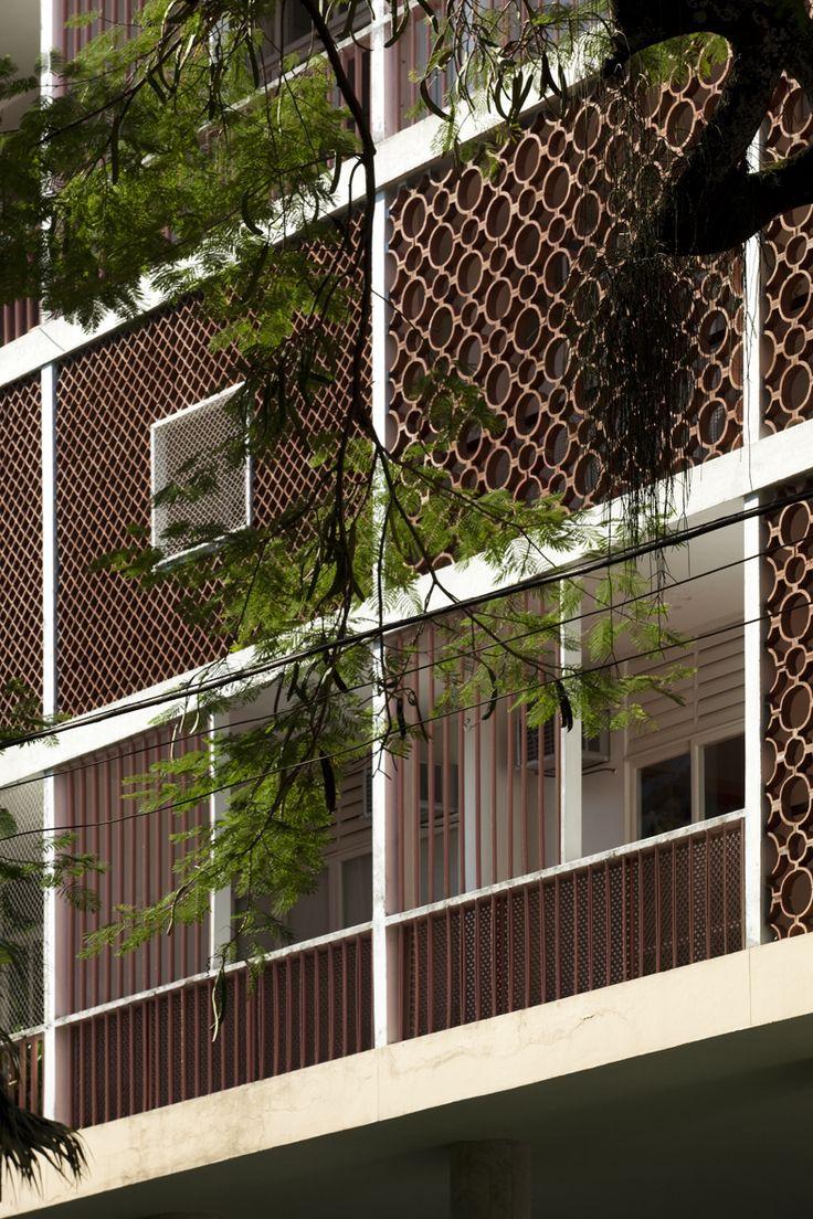 <p>O projeto original para o complexo residencial é composto por seis blocos de apartamentos, dispostos no perímetro do terreno, dos quais três foram construídos: Nova Cintra, Bristol e Caledônia. Neles, princípios modernistas como pilotis, fachada livre e brise soleil, se misturam à cultura local através da inserção de elementos como cobogós (tijolos cerâmicos vazados) e treliças de madeira.</p> <p></p> <p>Para preservar ao máximo o desenho do parque...
