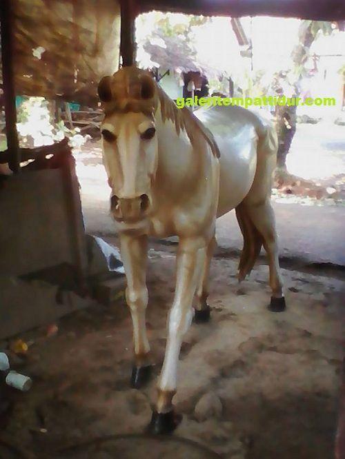 Patung Kuda Putih