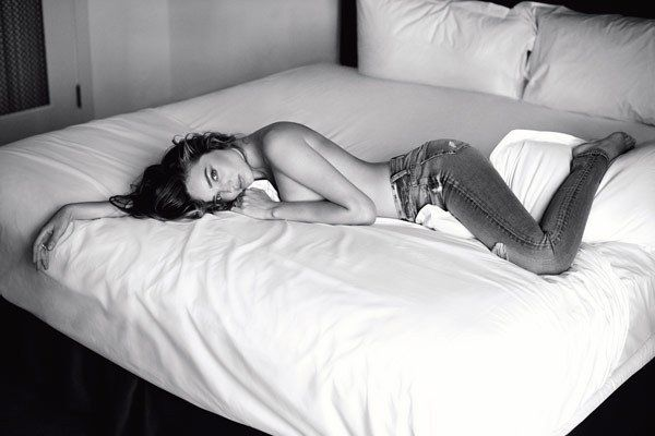Pin for Later: Zur rechten Zeit am rechten Ort: Die neue, sexy Werbekampagne von Miranda Kerr Quelle: 7 For All Mankind / Sebastian Faena
