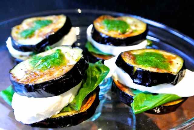 Origineel en simpel voorgerecht: Gebakken aubergine met mozzarella. Aanbevolen door gerenommeerde foodbloggers.