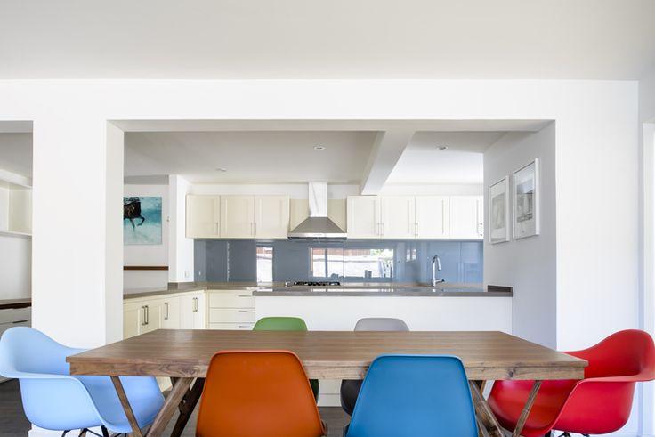 Hielo sur dise%c3%b1o cocina gris blanco comedor diario sillas eames colores naranjo celeste rojo mesa madera