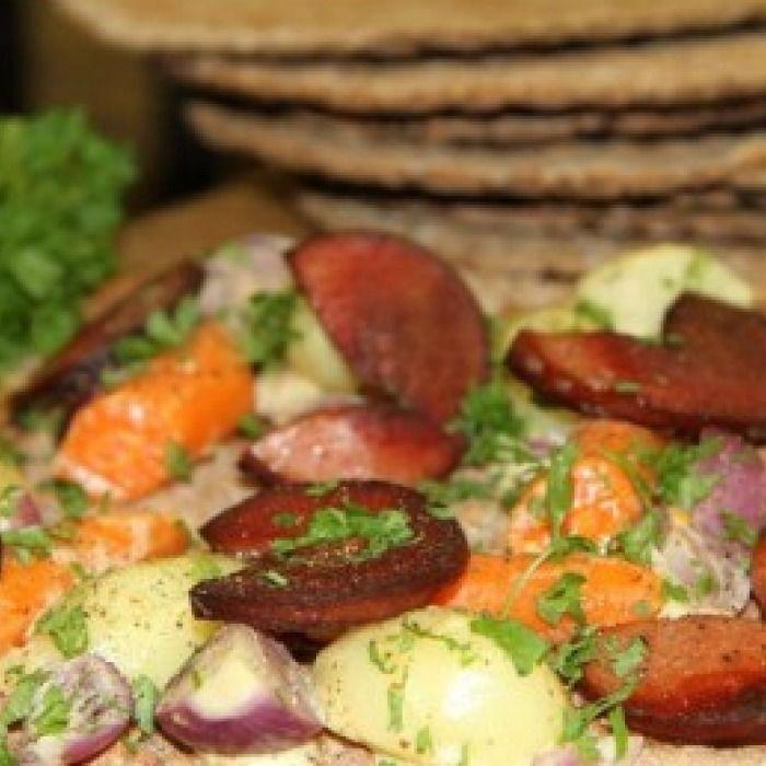 Stekt falukorv med senapsstuvade grönsaker på knäckebröd