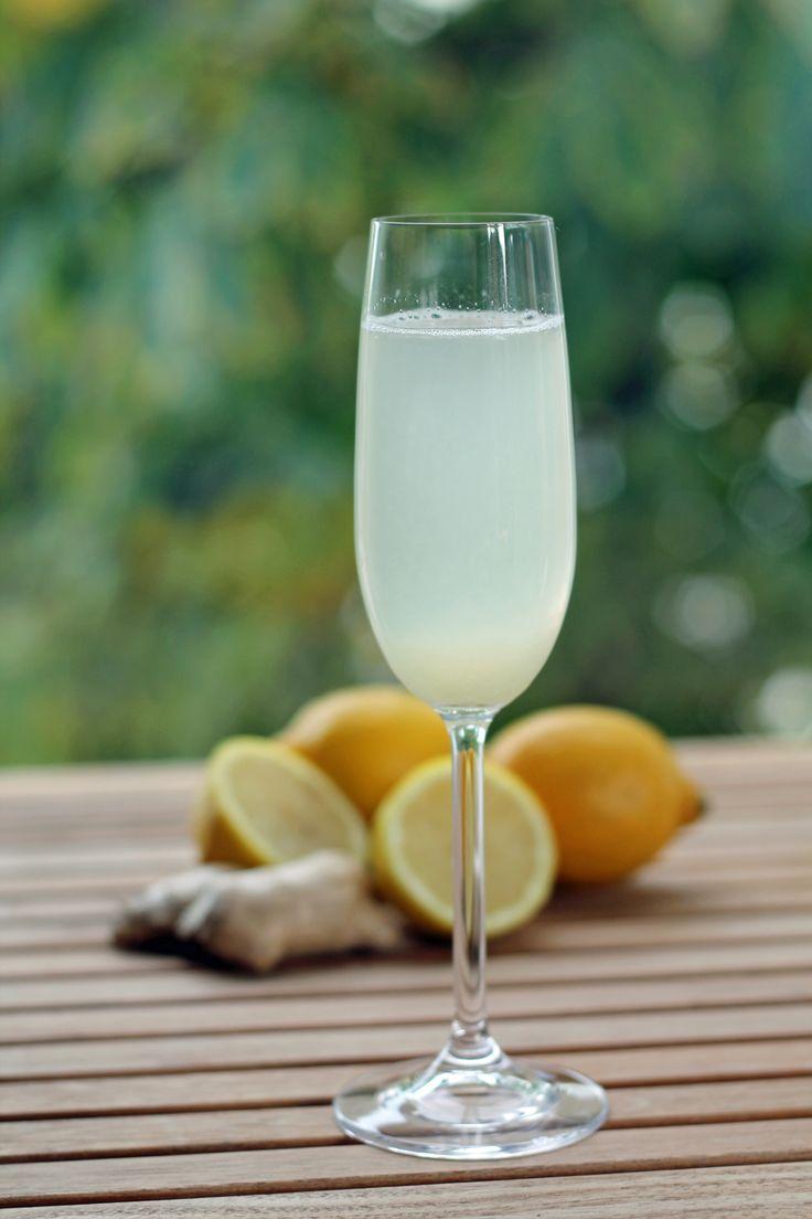 Frischer Ingwer-Zitronen-Tee schmeckt beugt nicht nur Erkältungen vor, sondern hilft auch, wenn man bereits erkältet ist.