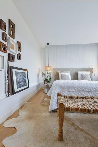 Ložnice je kompletně vybavená nábytkem zhotoveným na míru podle návrhu architekta Martina Franka vyjma svítidel a pelesti, které nesou značku Broste.
