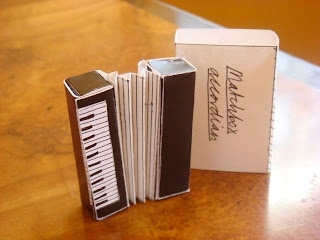 """Streichholzschachtel-Akkordeon: """"Matchbox accordion"""", gefunden im Cafe Lez Ziem, Montmartre, Paris. Stichworte: #Accordion #World #Matchbox"""