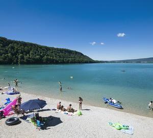 Plage du lac de Chalain au Domaine de Chalain | Jura, France | Crédit photo : Stéphane Godin/Jura Tourisme | #JuraTourisme