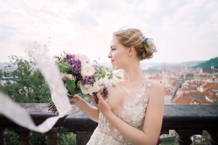 Nevěsta s kyticí a výhledem na Prahu.