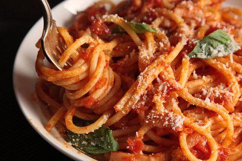 bucatini amatriciana  - tipico de Roma, são spaghetti mas maiores e furados. o molho é feito com bacon e moho de tomate, queijo pecorino ralhado em cima e mangericão