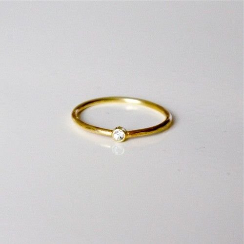 TYND GULD RING MED HVID SAFIR via NO79. Click on the image to see more!