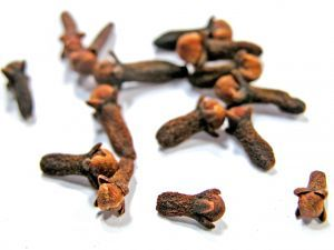cloves are one of the antifungal food treatments for candida albicans