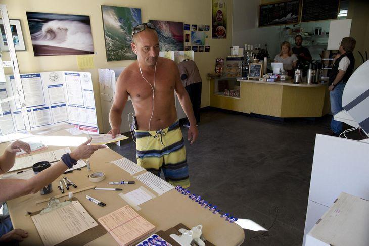 AP/Gregory Bull : bureau de vote dans un café, San Diego.