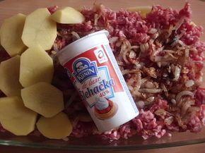 Nakrajime brambory nevařené. Vyskladáme do pekače na ně dáme mleté maso, osmaženou cibuli, sůl, dábelské kořeni a zase brambory a zalijeme 2...