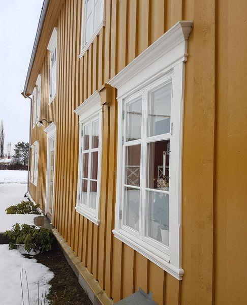 På gården Haug blir alle detaljer tatt vare på. Originale vinduer blir restaurert og oppgradert til dagens krav til lunhet. De vinduene som ikke var originale er nå erstattet med nøyaktig kopi. Legg merke til omrammingene rundt vinduene :) #byggogbevar #gjenbruk #haug #hauggård #snekkerglede #praktgård #herskapelig #bygningsvern #vindusrestaurering