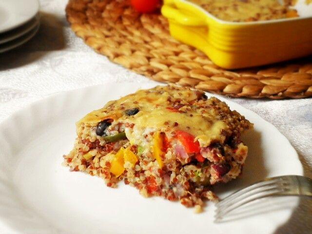 Il pasticcio di quinoa con fagioli rossi e verdure è un piatto unico vegan semplice, ricco di proteine e di gusto! Ho preparato questo piatto una volta che