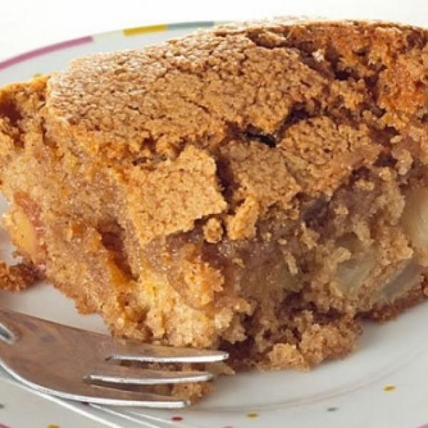 Receita de Torta de Maçã Crocante - 100g de manteiga, 2 xícaras (chá) de açúcar, 2 ovos, 2 colheres (chá) de canela, 2 1/2 xícaras (chá) de farinha de trigo...