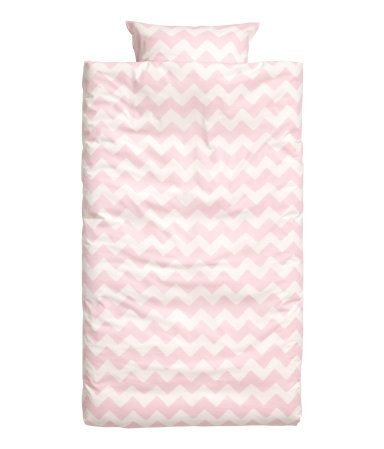 White/light pink. Twin duvet cover set with a printed zigzag pattern. One pillowcase. Thread count 144.