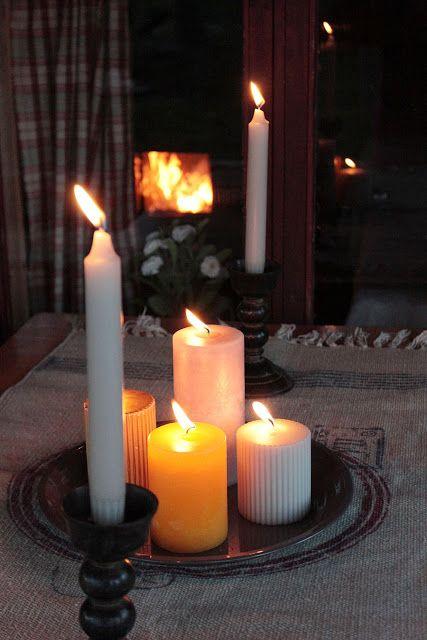 Kynttilä valaisee ja luo tunnelmaa.