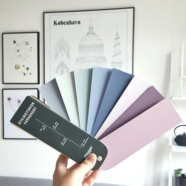 Drømmer om farver. Jeg havde egentligt tænkt grå, men der er bare så mange lækre farver. Heldigvis er vores kontor lige nu blottet for farver, og med en væg af træskabe, der godt kunne males. Ville det se fedt ud med forskellige farver? Eller vil det mon blive for rodet at se på? #flügger #stilhistoriskfarvekort #paintedwalls #wallcolors