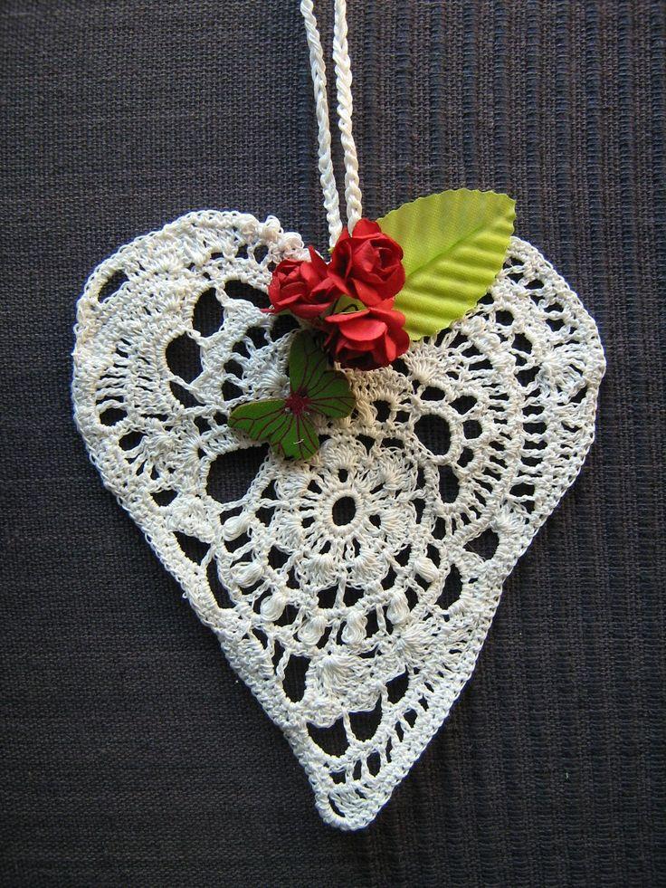 Srdíčko háčkované bílé - dekorace k zavěšení