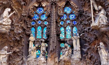 Catedrala Sagrada Familia din Barcelona. Unul dintre cele mai fascinante elemente ale emblemei din Barcelona este diversitatea culorilor si materialelor utilizate.