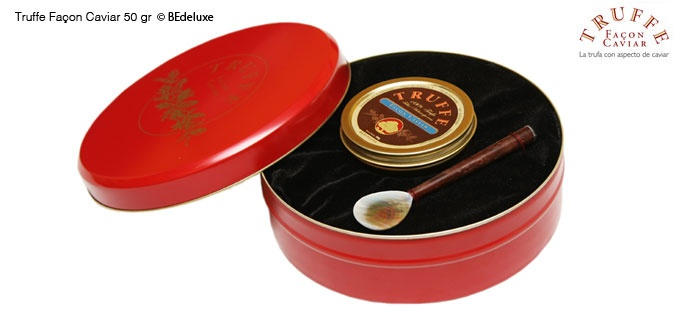 Una caja regalo con una lata de 50g de caviar de trufa Truffe Façon Caviar  y una cucharita de nácar y madera. El auténtico caviar elaborado con trufa negra (Tuber Melanosporum).