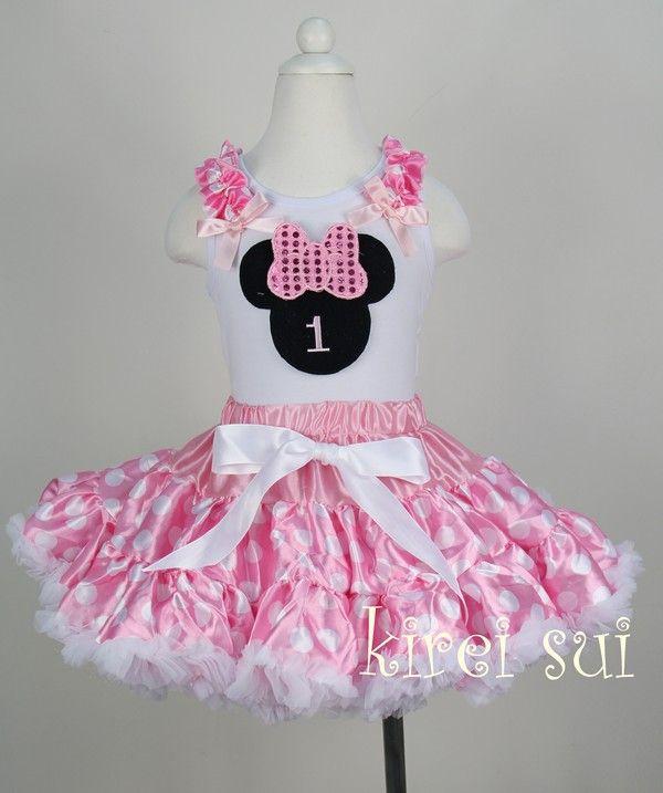 vestido de mimi con tela rosa y lunares blancos