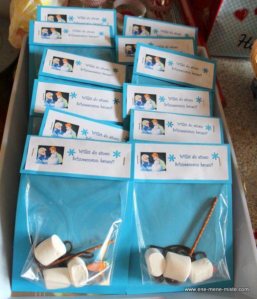 Lass doch auf Deiner Eiskönigin-Party die Kinder einen kleinen Olaf bauen und gib ihnen die passenden Tütchen an die Hand. Oder nutze sie als perfektes Give-away. Weitere schöne Ideen für Deinen Kindergeburtstag findest Du auf blog.balloonas.com