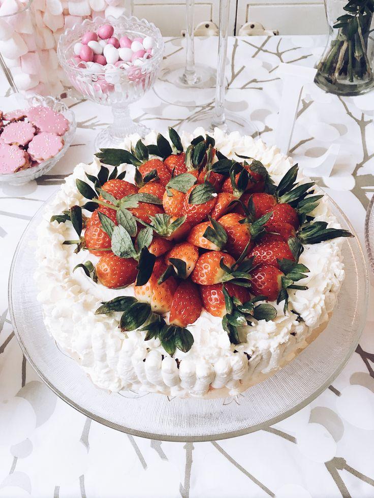 Perinteinen mansikkakakku, mansikkakermakakku, täytekakku, ristiäiset, strawberry cake