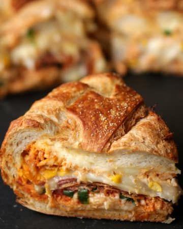 Você vai fazer um buraco no pão italiano, encher de coisa boa, dobrar, assar e correr pro abraço. Veja aqui a receita.