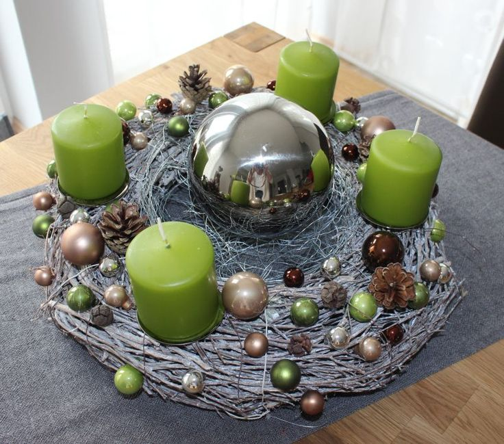adventskranz aus wei gekalktem rebenkranz dekoriert mit kugeln nat rlichen materialien und. Black Bedroom Furniture Sets. Home Design Ideas
