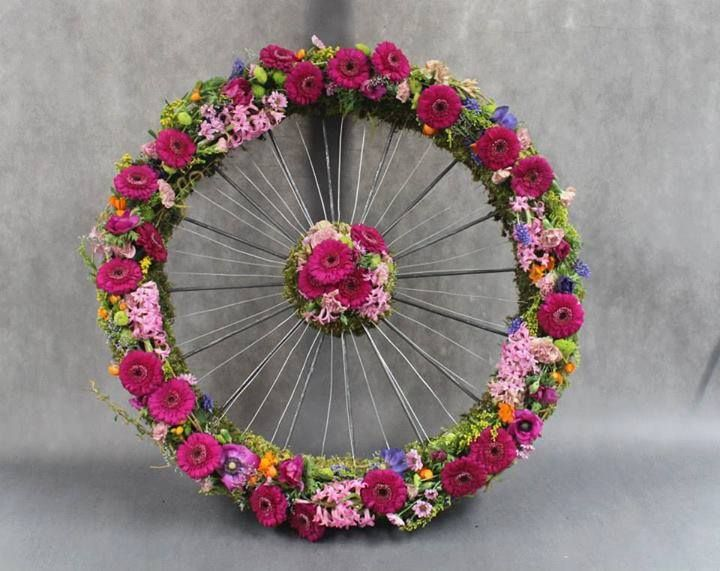 Funeral wreath with cycle spokes, by Katarzyna Skrzypulec. Via International Florist Organisation FLORINT.ORG