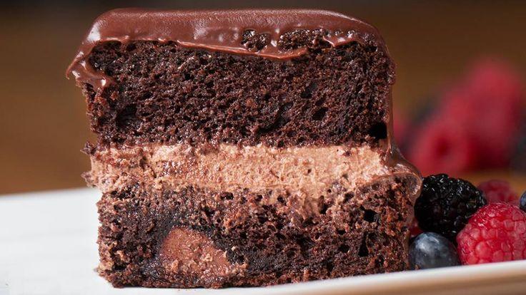 INGREDIENTES  Pastel 1 Caja de mezcla para pastel de chocolate Huevos batidos, según indicaciones de la caja de mezcla Agua, según indicaciones de la caja de mezcla Aceite, según indicaciones de la caja de mezcla Crema de avellanas, al gusto  Crema batida 400 gramos de crema de leche 6 cucharada de azúcar en polvo 6 cucharada de chocolate en polvo  Ganache 200 gramos de chocolate semidulce en trocitos 600 mililitros de crema de leche  PREPARACIÓN Precalienta el horno a 180ºC/350ºC. Vierte la…