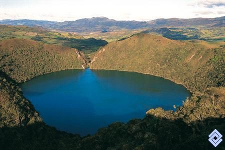 La mítica laguna de Guatavita (Colombia) rodeada por bosques de encenillos. Al fondo se observa el boquete abierto desde la conquista para intentar desaguarla.  Fotógrafo: Peter Goodhew