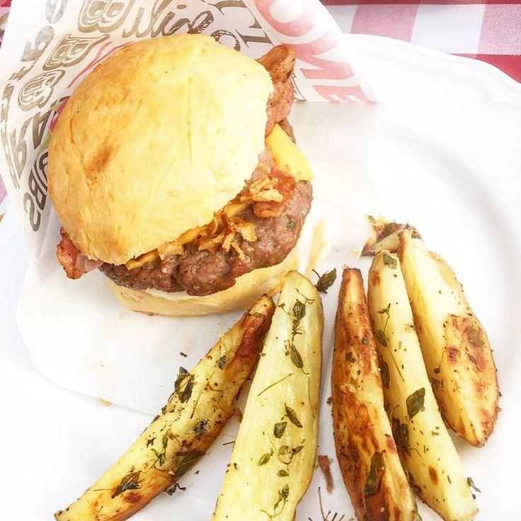 Idag har vi mors dags- & 41:års kalas med en tillhörande hamburgerbuffé med hamburgare och massa goda tillbehör; * Hamburgare på närproducerad nötfärs * Hembakta hamburgerbröd (recept av @ikoketmedanders) * Dijonmajonäs (recept av @johanjureskog) * Barbecuesås (med bl. a körsbärstomater, rödvinsvinäger & honung) * Picklad rödlök * Äppel- & rödlökschutney * Inlagd gurka * Isbergssallad * Rostad lök * Bacon * Cheddarost * Bifftomat * Ugnsrostad bakpotatis med timjan & vitlök