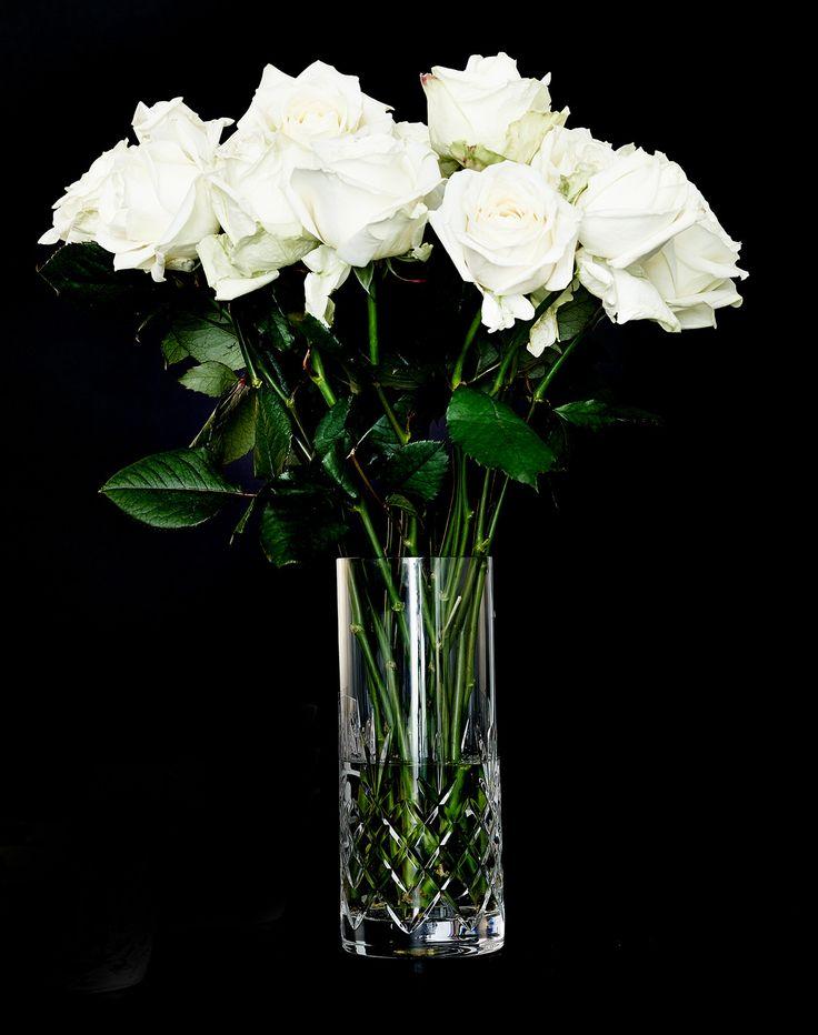 Denne smukke vase fra Crispy serien har et eksklusivt look og pynter i vindueskarmen i stuen eller på spisebordet. Vasen har den perfekte størrelse til en stor flot buket, eller til mindre grene, men kan også sagtens stå for sig selv. Vasen er fremstillet i blyfrit krystalglas, som er fremstillet af certificerede råvarer for ensartet klarhed og glans. Den er ligesom resten af serien skabt til at blive brugt og er derfor ekstrem holdbar.