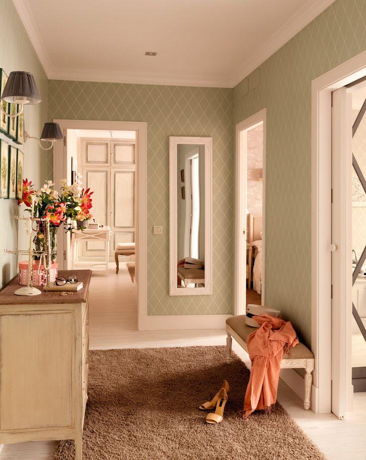 Recibidor con papel pintado a rombos en verde y líneas blancas, con espejo de cuerpo entero con marco blanco, cómoda, ramo de flores y apliques_00376902