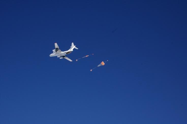 Avión arroja carga para la Base Belgrano II en la Antártida.
