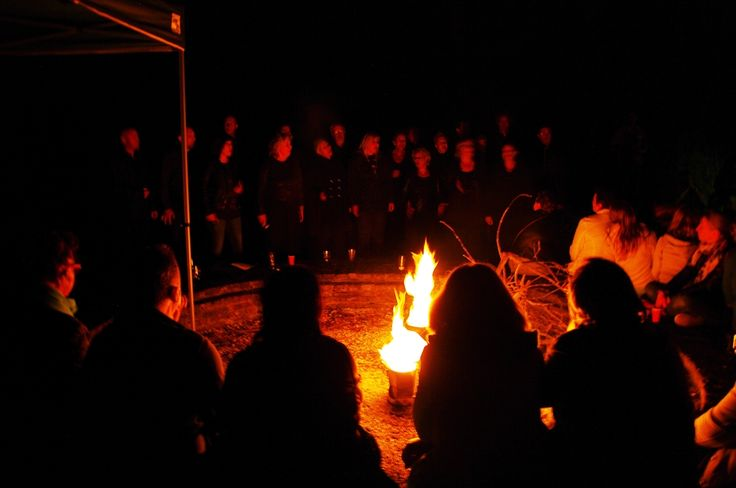 Het optreden van Flevox na afloop van de mythische tocht over het zuidelijk deel van Schokland worden de bezoekers vermaakt met muziek, heksenverhalen, een versnapering en fakkels en lichtjes. Dit is een activiteit tijdens Uit-jeTent Weekend