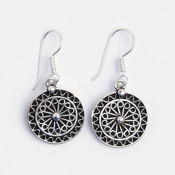 Cercei rotunzi din argint lucrați manual în Maroc. Cercei delicați și feminini, cu o floricică rotundă, delicat filigranată pe toată suprafața, cu fondul oxidat pentru a pune frumos în valoare filigranul.